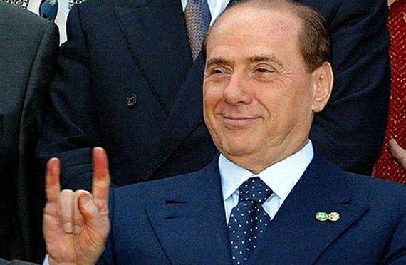 Arcore: cartelloni con gli auguri a sorpresa di Forza Italia a Berlusconi