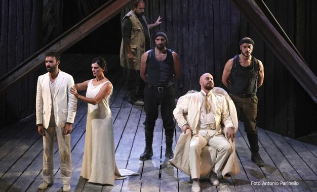 Al Carcano debutta una potente Antigone
